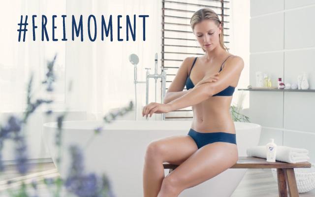 Frau auf Badewanne und Text #freimoment
